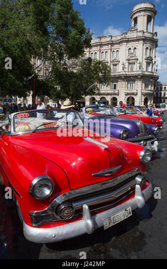 Klassische amerikanische Autos als Taxis in Havanna genutzt. Stockbild