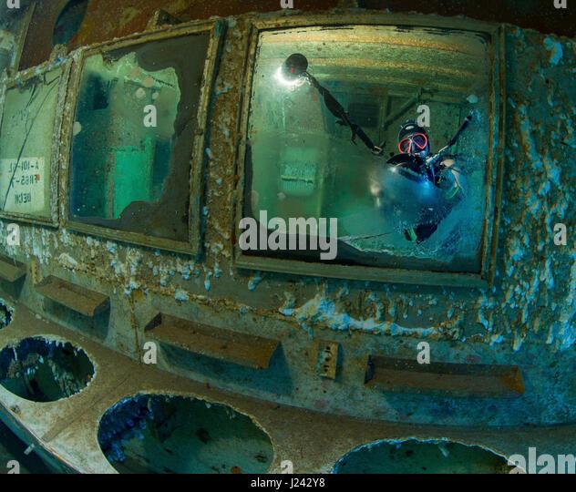 Unterwasser-Fotograf fängt Selbstportrait durch Reflexion Stockbild