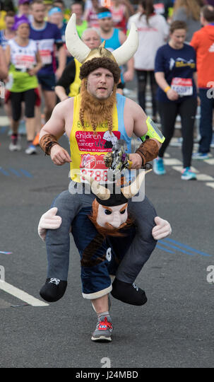 LONDON - 23. April: Virgin Money-London-Marathon. Läufer passieren Canary Wharf. Foto: © 2017 David Levenson Stockbild