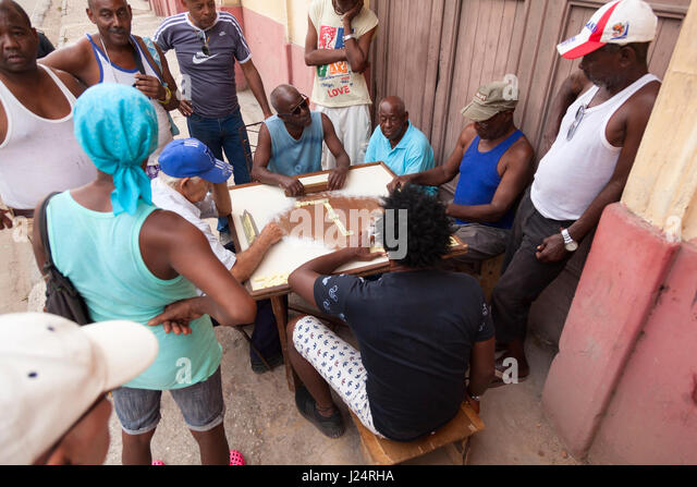 Eine Gruppe von Kubanern spielen Domino außerhalb eines Gebäudes in Havanna, Kuba. Stockbild