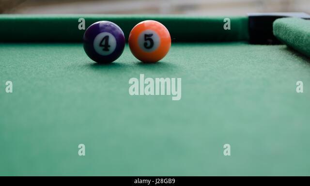 Billard Kugeln bilden Nummer 45 auf Filt Tisch vor Ecke Tasche 45. Präsident Konzept Stockbild