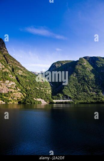 Fjord-Landschaft mit hohen Bergen und tiefen Fjorden an der Westküste ein schöner Sommertag in Aurland, Stockbild