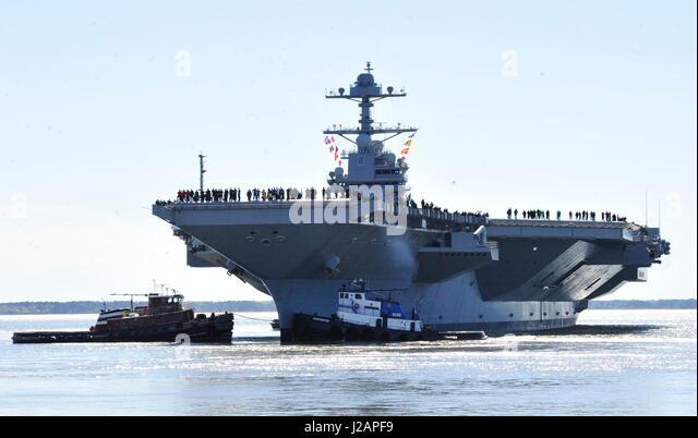 US-Segler Mensch die Schienen, als der US-Marine Gerald R. Ford-Klasse-Flugzeugträger USS Gerald R. Ford Huntington Stockbild