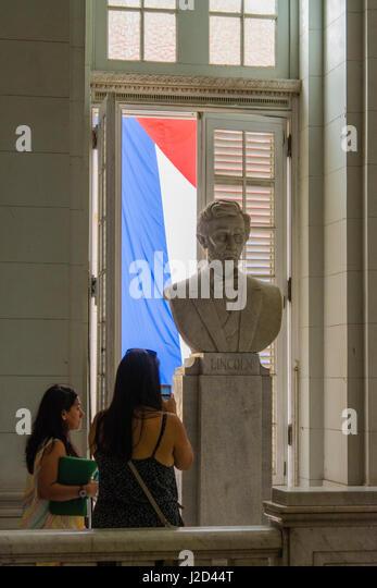 Kuba. Havanna. Museum der Revolution. Marmorbüste von Abraham Lincoln mit der kubanischen Flagge hinter. Stockbild