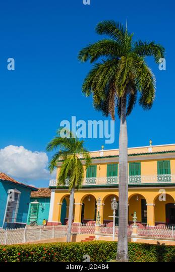 Kuba, Provinz Sancti Spiritus, Trinidad. Bunte Gebäude säumen die Quadrate. Stockbild