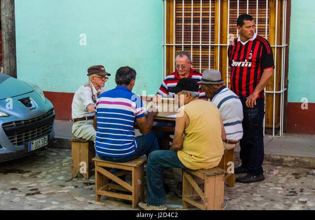 Kuba, Provinz Sancti Spiritus, Trinidad. Alte Männer spielen Domino. Stockbild