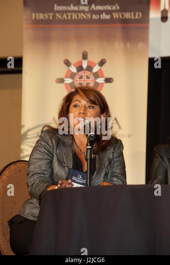 Frau im Gespräch während einer Konferenz Stockbild