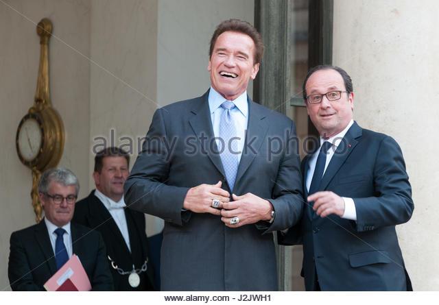 Paris, Frankreich. 28. April 2017. French President Francois Hollande (R) posiert mit US-Schauspieler und ehemaliger Stockbild