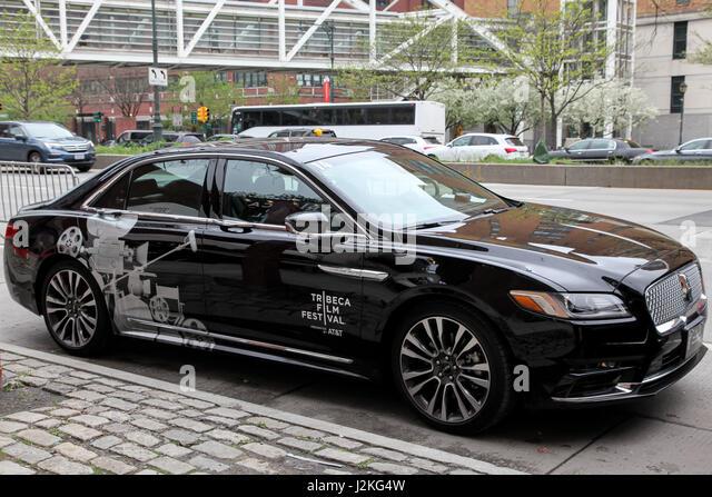 NEW YORK, NY - 26 APRIL: Lincoln Continental mit Tribeca Film Festival Motiv Aussenparkplatz bei BMCC Tribeca PAC Stockbild