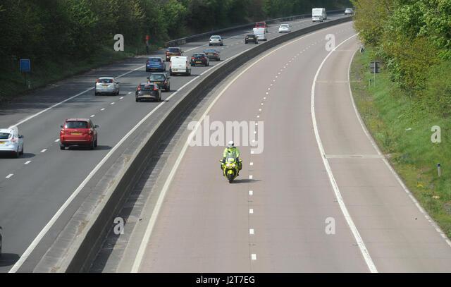 Polizei MOTORRADFAHRER RIDER PATROUILLIEREN AUF DER AUTOBAHN M54 IN SHROPSHIRE Stockbild