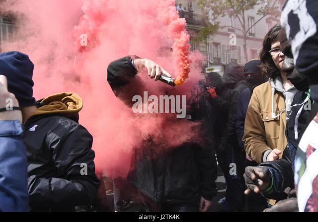 Paris, Frankreich. 1. Mai 2017. Demonstration in Paris, das Vorhandensein von Marine Le Pen und Emmanuel Macron Stockbild