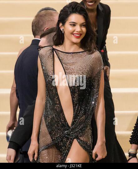 """New York, USA. 1. Mai 2017. Kendall Jenner besucht die """"Rei Kawakubo/Comme des Garcons: Kunst der dazwischen"""" Stockbild"""