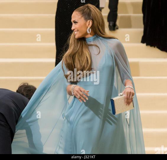 """New York, USA. 1. Mai 2017. Jennifer Lopez besucht die """"Rei Kawakubo/Comme des Garcons: Kunst der dazwischen"""" Stockbild"""