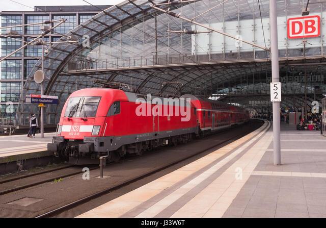 BERLIN, 24. APRIL: Ein RE (Regional-Express) s-Bahn in Berlin Hauptbahnhof (Deutsch für Hauptbahnhof) am 24. Stockbild