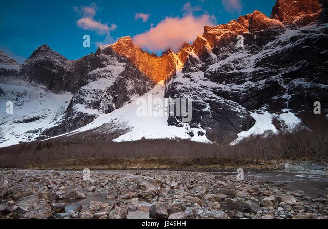 Zunächst Licht auf die 3000 Fuß vertikal Troll Wand und den Gipfeln Trolltindane im Tal Romsdalen, Norwegen. Stockbild