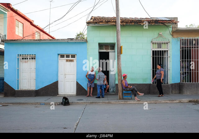 Lokale Leben auf der Straße in Trinidad, Sancti Spiritus, Kuba. Lokalen Kubaner versammeln sich nach der Arbeit. Stockbild