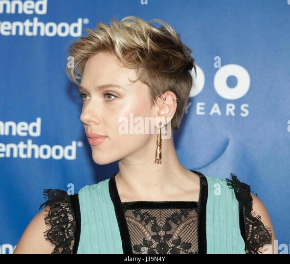 New York, NY USA - 2. Mai 2017: Scarlett Johansson besucht der IPPF 100. Jubiläums-Gala am Pier 36 Stockbild