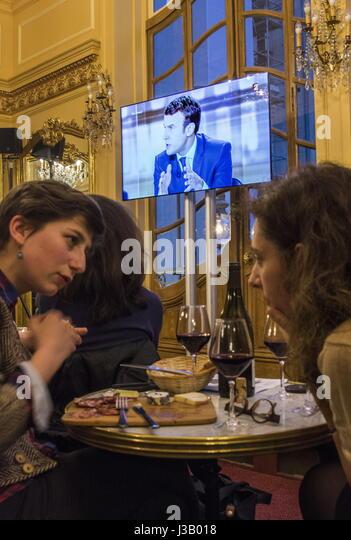 Paris, Frankreich. 3. Mai 2017. Die Menschen sehen eine Ausstrahlung von TV-Debatte zwischen französischen Stockbild
