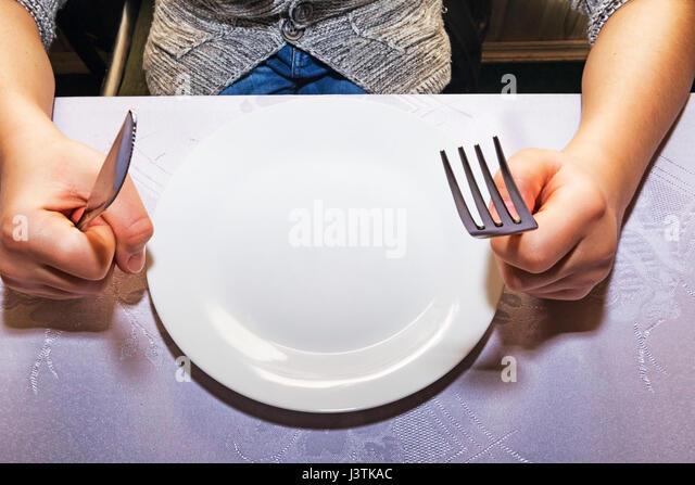 Kind im Restaurant wartet auf seine Mahlzeit Stockbild