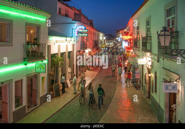 Portugal Algarve Lagos Hauptstraße. Nachtleben, Restaurants, twilight Stockbild