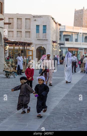 Kinder, Hauptstraße, Souk Waqif, Doha, Katar Stockbild