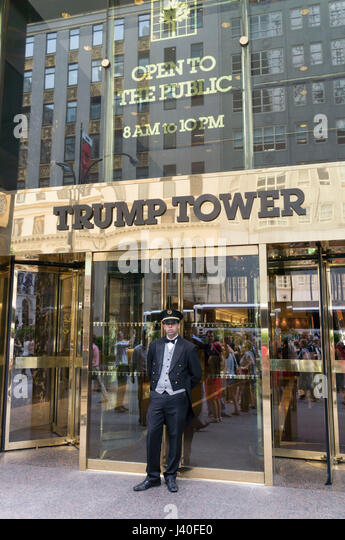 Tür Mann, Trump Tower, 5th Avenue, Manhattan, Big Apple in New York City, USA Stockbild