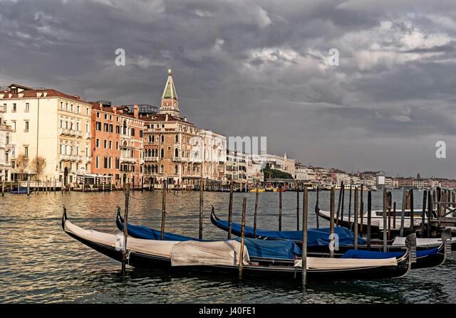 Canale Grande, Gondala, Hintergrund Campanile Stockbild