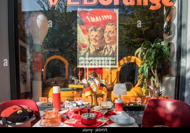 1. Mai 1952 Poster, Schaufenster, VEB Orange, Prenzlauer Berg, Berlin Stockbild