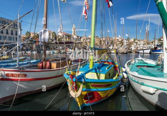 Mittelmeer-Angelboote/Fischerboote in Sanary-Sur-Mer, Promenade, Mistral Wolken, Cote d Azur, Frankreich Stockbild