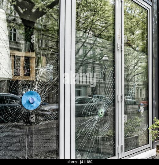 Beschädigten Schaufenster in Berlin-Kreuzberg Stockbild