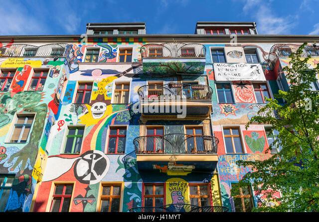 Bemalte Fassade in Friedrichshain, bunte Wandmalerei, Berlin, Deutschland Stockbild