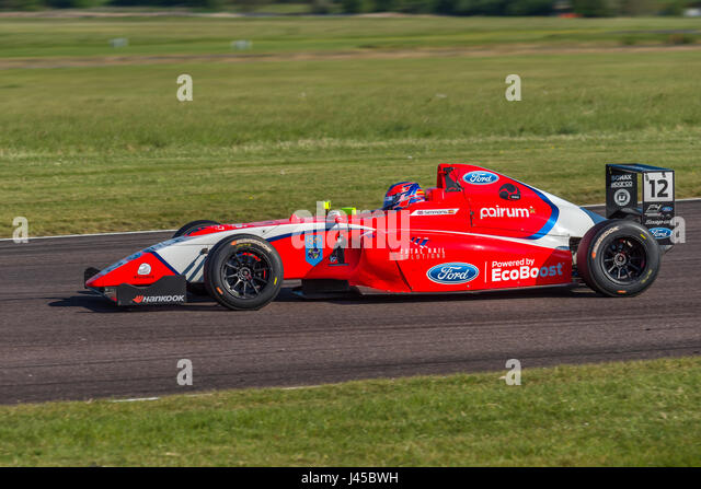 Formel 4 Racing Fahrer Ayrton Simmons in Thruxton Circuit, Hampshire, auf Sonntag, 7. Mai 2017 zu konkurrieren. Stockbild