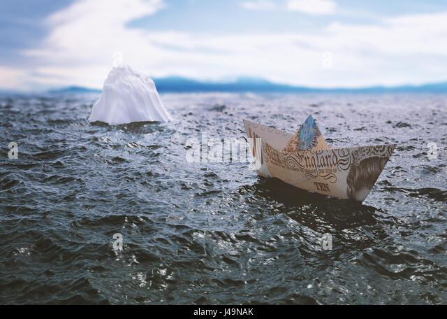 Ein Papier-Schiff gemacht aus einer zehn Pfund Banknote Überschrift in einem Eisberg - 3d illustration Stockbild