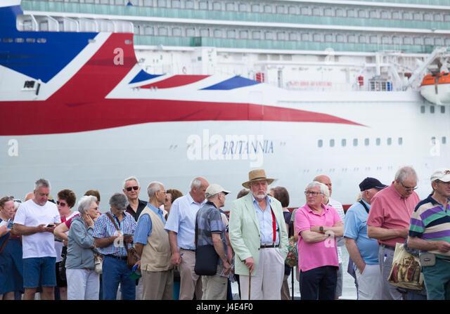 Las Palmas, Gran Canaria, Kanarische Inseln, Spanien, 12. Mai 2017.  Wetter: Kreuzfahrt Schiff Passagiere Warteschlange Stockbild