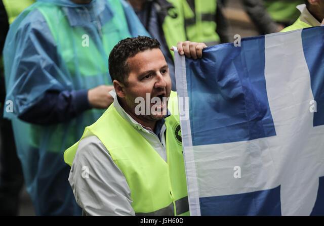 (170517)--Athen, 17. Mai 2017 (Xinhua)--A uniformierten Mitarbeiter Mitglied Proteste gegen Sparmaßnahmen in Stockbild