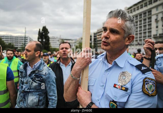(170517)--Athen, 17. Mai 2017 (Xinhua)--uniformierten Mitarbeiter Mitglieder Protest gegen Sparmaßnahmen in Stockbild