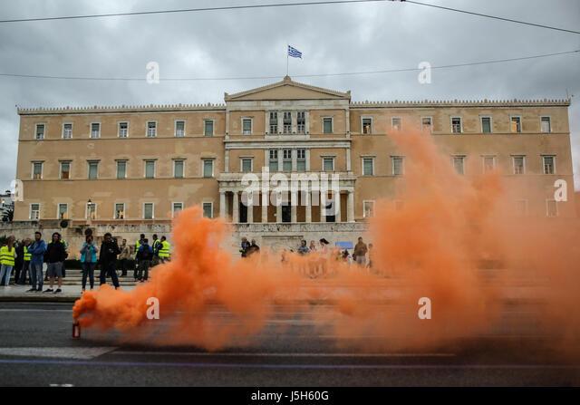 (170517)--Athen, 17. Mai 2017 (Xinhua)--Flare Rauch wird während einer Demonstration von uniformierten Mitarbeiter Stockbild