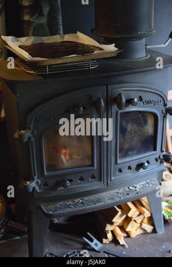 Plum Fruchtfleisch Trocknen auf eine Holzverbrennung Herd, produzieren Obst Leder, Wales, UK Stockbild