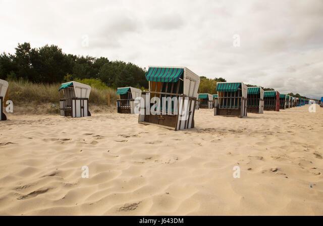 Liegestühlen im sand Stockbild