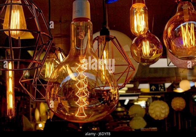 Leuchtenden Filamente in überdimensionalen Glühbirnen im Shop Schaufenster, London Stockbild