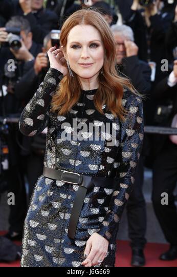 """Cannes, Frankreich. 19. Mai 2017. Julianne Moore bei der Premiere von """"Okja"""" während des 70. Cannes Stockbild"""
