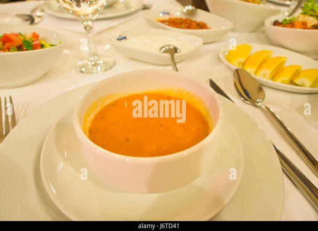 Gehobene Küche in Baku Aserbaidschan, rote Linsensuppe und Vorspeisen auf ein eleganter Tisch Stockbild
