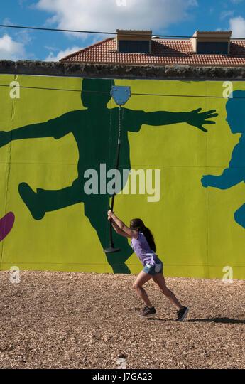 Kinder spielen im Booran Reserve, einem neu eröffneten Spielplatz in Glenhuntly, Melbourne, Australien Stockbild