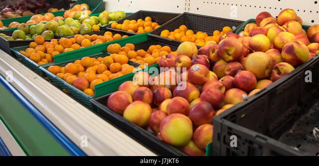 Lokalen asiatischen Lebensmittelhändler hat Gang von verpackten Lebensmitteln, verschiedene Früchte, Fleisch Stockbild
