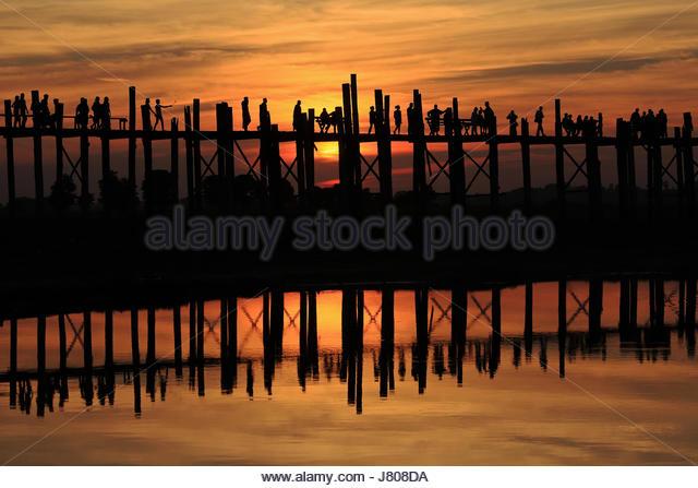 Silhouette von U Bein Brücke mit Menschen in Mandalay, Myanmar Stockbild