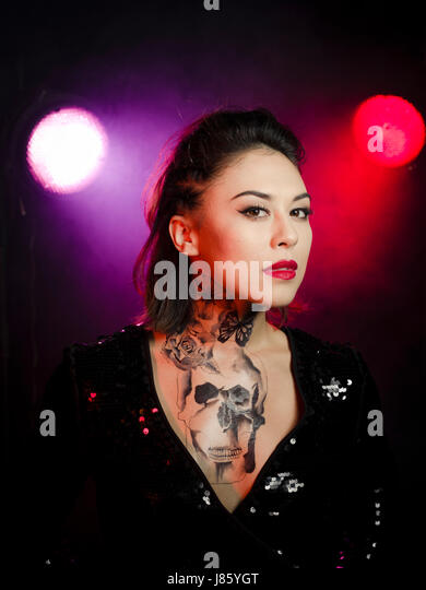 Frau mit temporären Brust und Hals tattoo Stockbild
