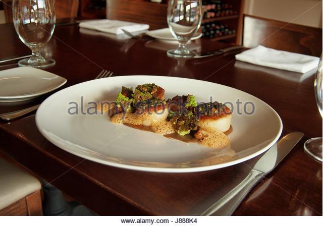 Gebratene Jakobsmuscheln Vorspeise bei einem fine dining restaurant Stockbild