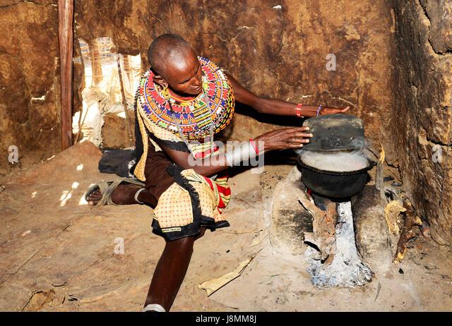 Ein samburu Frau kochen in ihrer Hütte in einem kleinen Dorf in Norden Kenias. Stockbild
