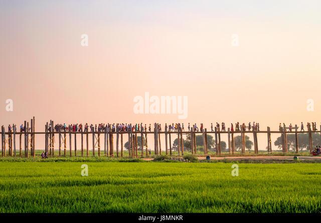 Menschen auf U Bein Brücke über den Taungthaman-See in Amarapura, Mandalay, Myanmar Stockbild