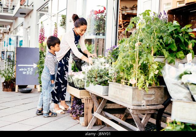 Mutter mit Sohn Auswahl Pflanzen (4-5) Stockbild